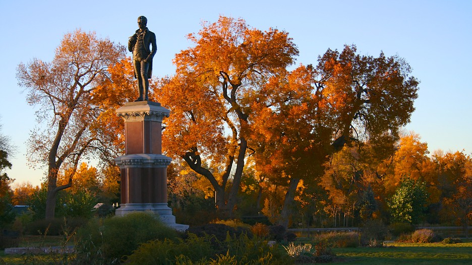Robert Burns statue with autumn foliage (image from Expedia)
