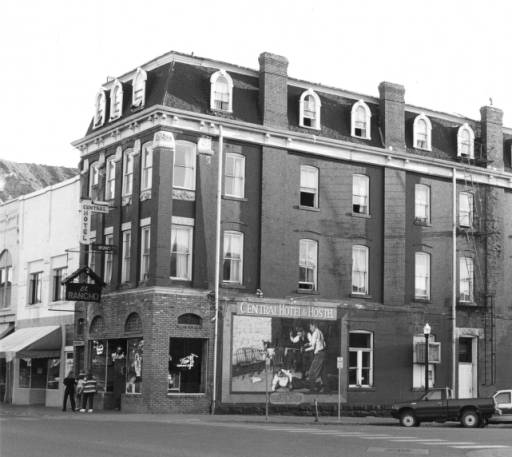 An image of the building sometime between the late 1970s and early 1980s.