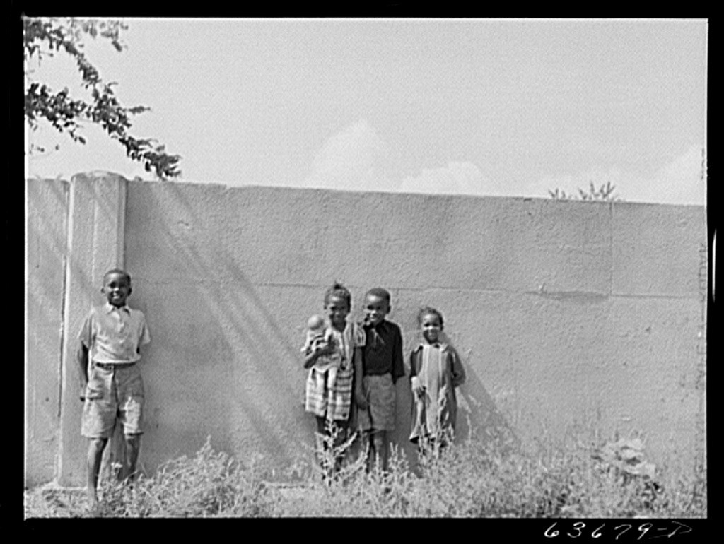 Children standing in front of the wall in 1941