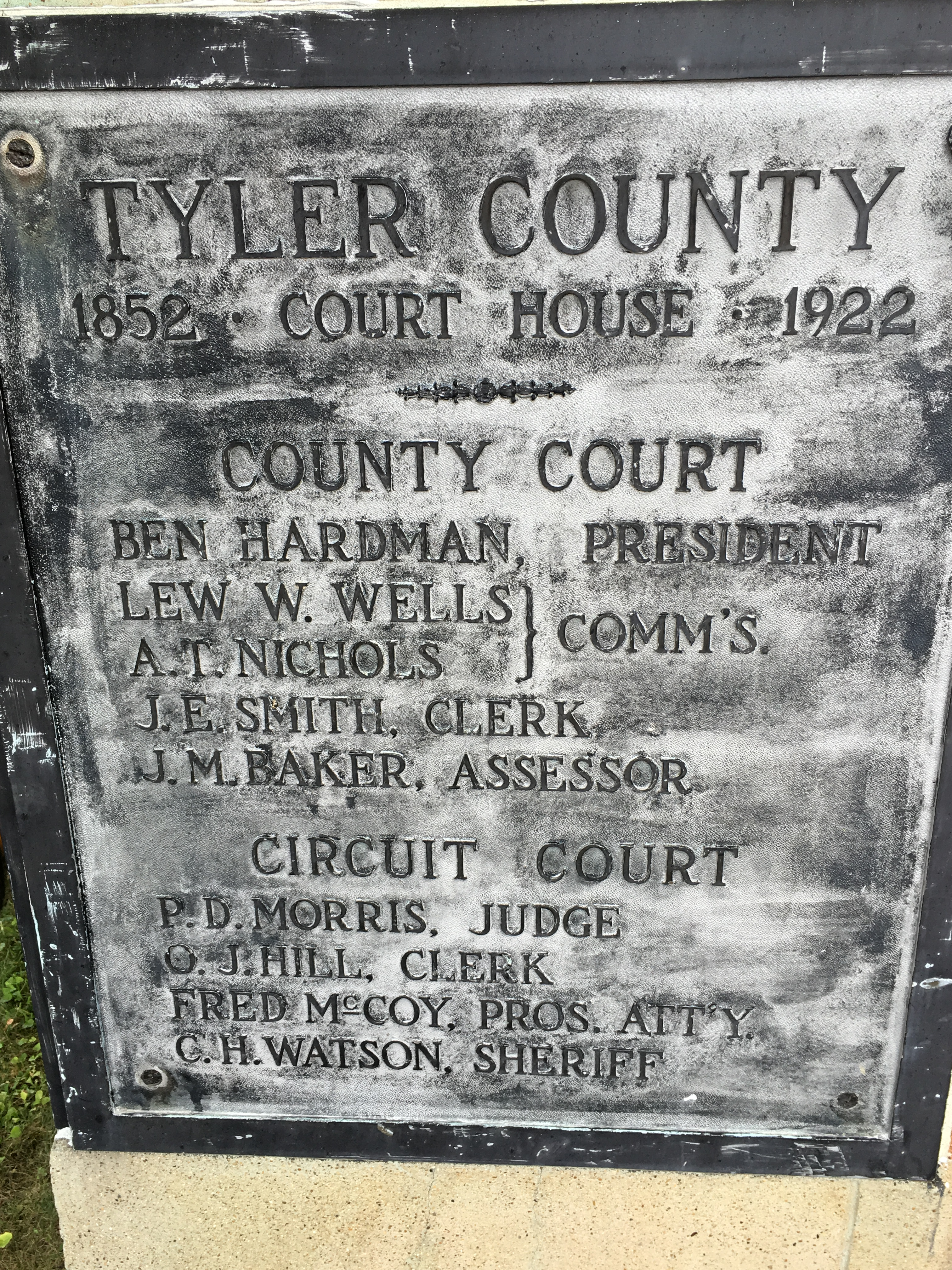 A plaque that pays tribute to the original courthouse (1852-1922).
