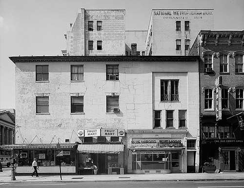 View of the tavern in 1967, Historic American Buildings Survey (public domain)