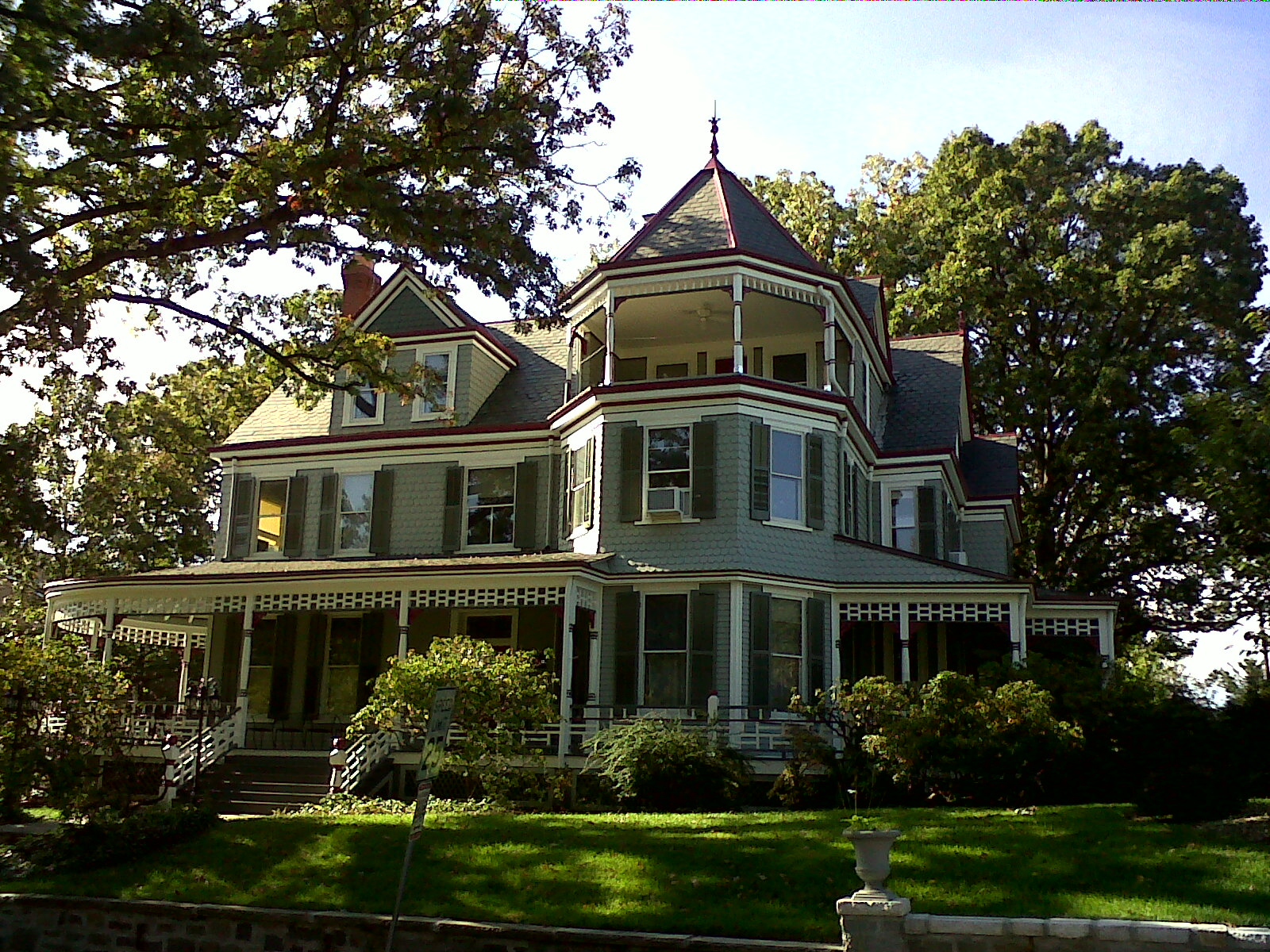 A view of the Cady-Lee mansion from 2011, by Farragutful on Wikimedia Commons (CC BY-SA 3.0)