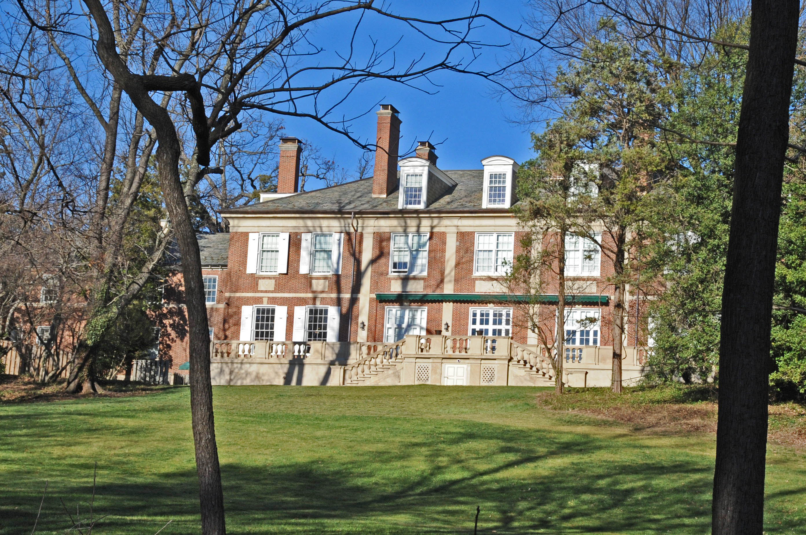 A view of the Tregaron Estate mansion, now part of the Washington International School. Photo by Jerrye & Roy Klotz, Wikimedia