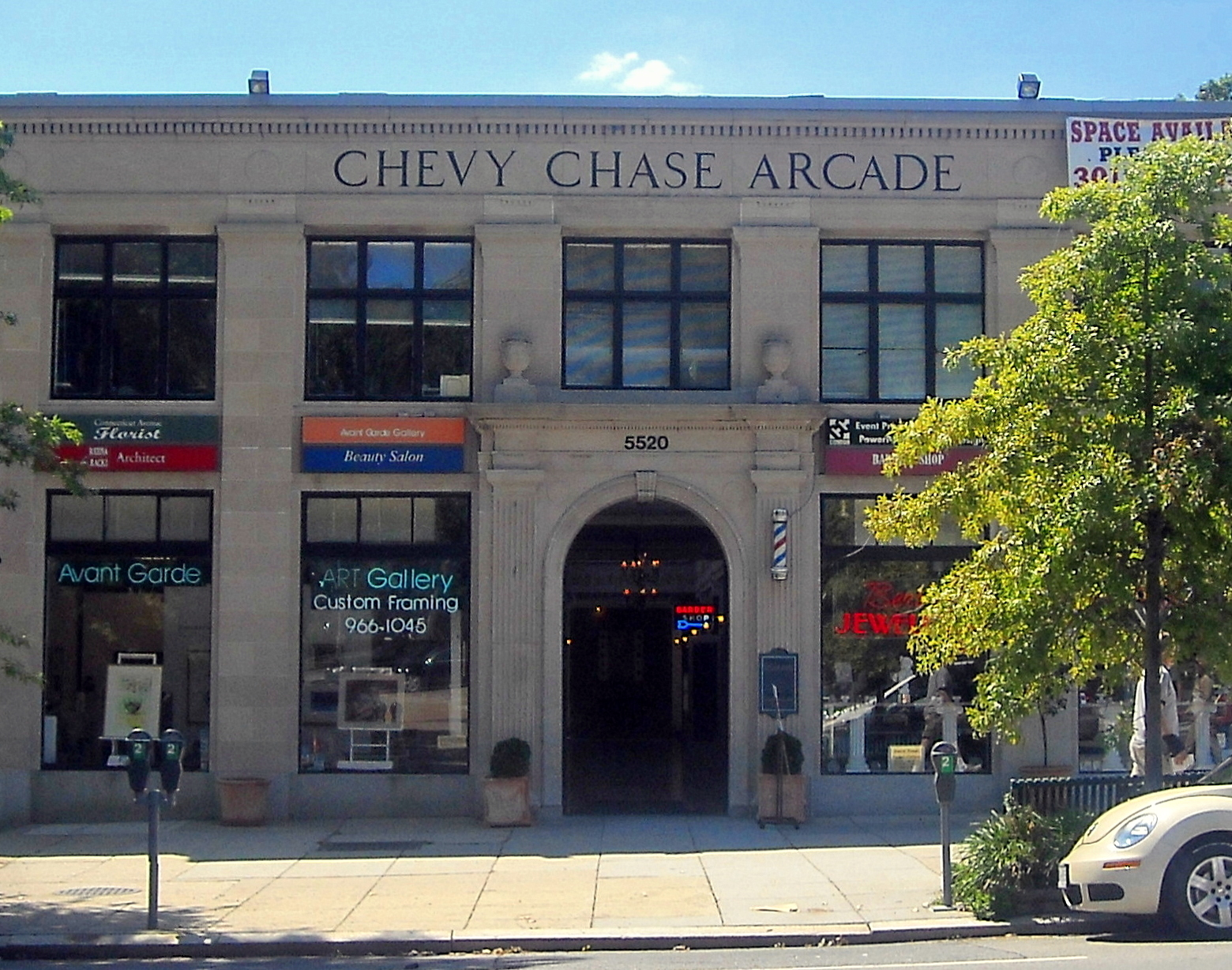 A view of the arcade's front facade in 2008 ((By AgnosticPreachersKid (Own work) [CC BY-SA 3.0 (http://creativecommons.org/licenses/by-sa/3.0) or GFDL (http://www.gnu.org/copyleft/fdl.html)], via Wikimedia Commons))