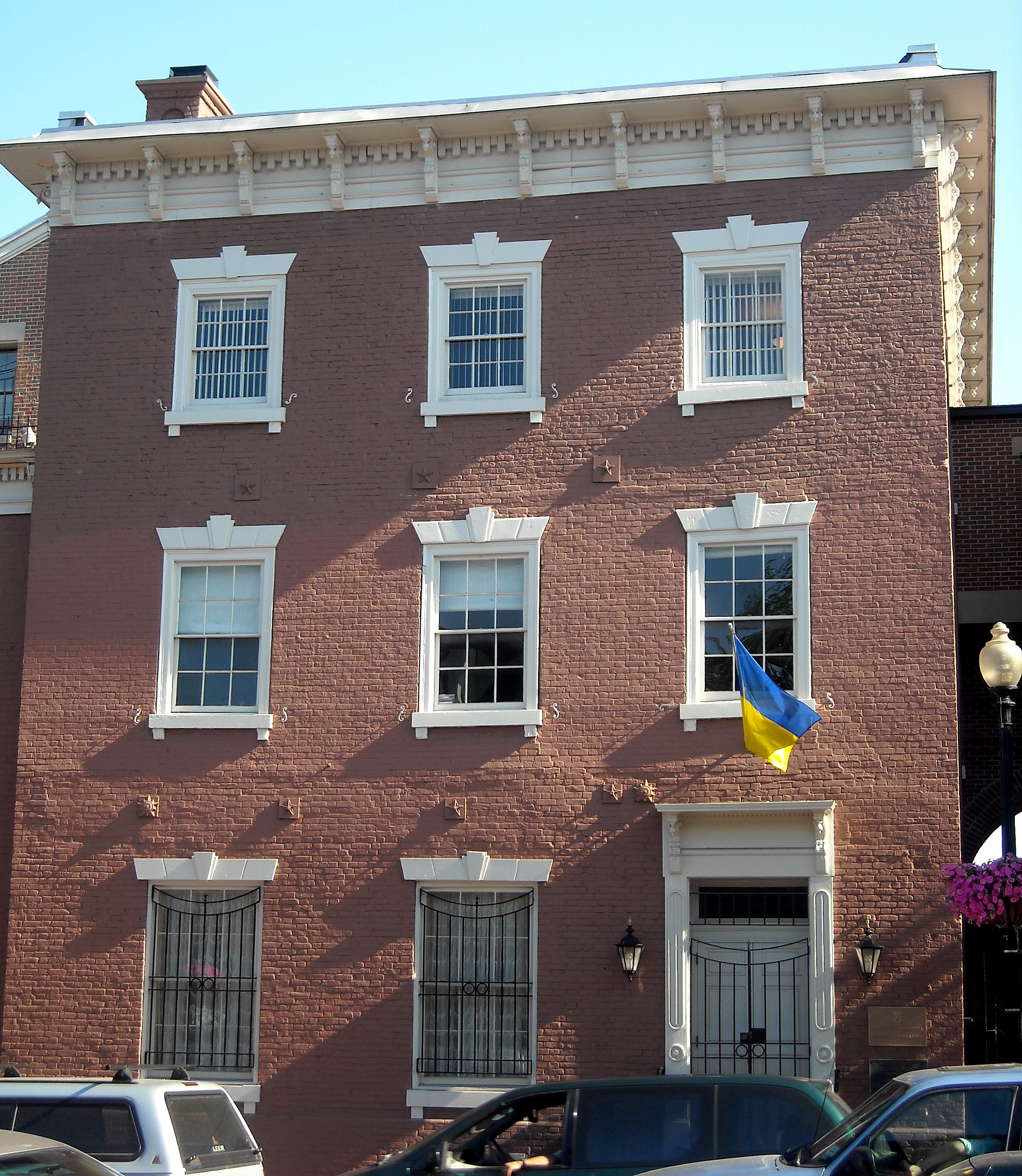 The building in 2008, as the Embassy of the Ukraine ((AgnosticPreachersKid at English Wikipedia [CC BY-SA 3.0 (http://creativecommons.org/licenses/by-sa/3.0) or GFDL (http://www.gnu.org/copyleft/fdl.html)], via Wikimedia Commons))