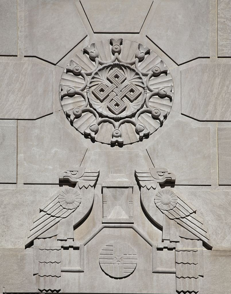 Art deco borrowed the design flairs of ancient Rome, Greece, Egypt, and Meso-America. The Kennedy-Warren displays Aztec-inspired images with geometric patterns. Photo by Carol M. Highsmith, Library of Congress.