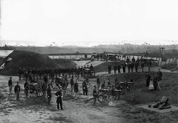 The fort held about three dozen guns and could garrison as many as one thousand troops.