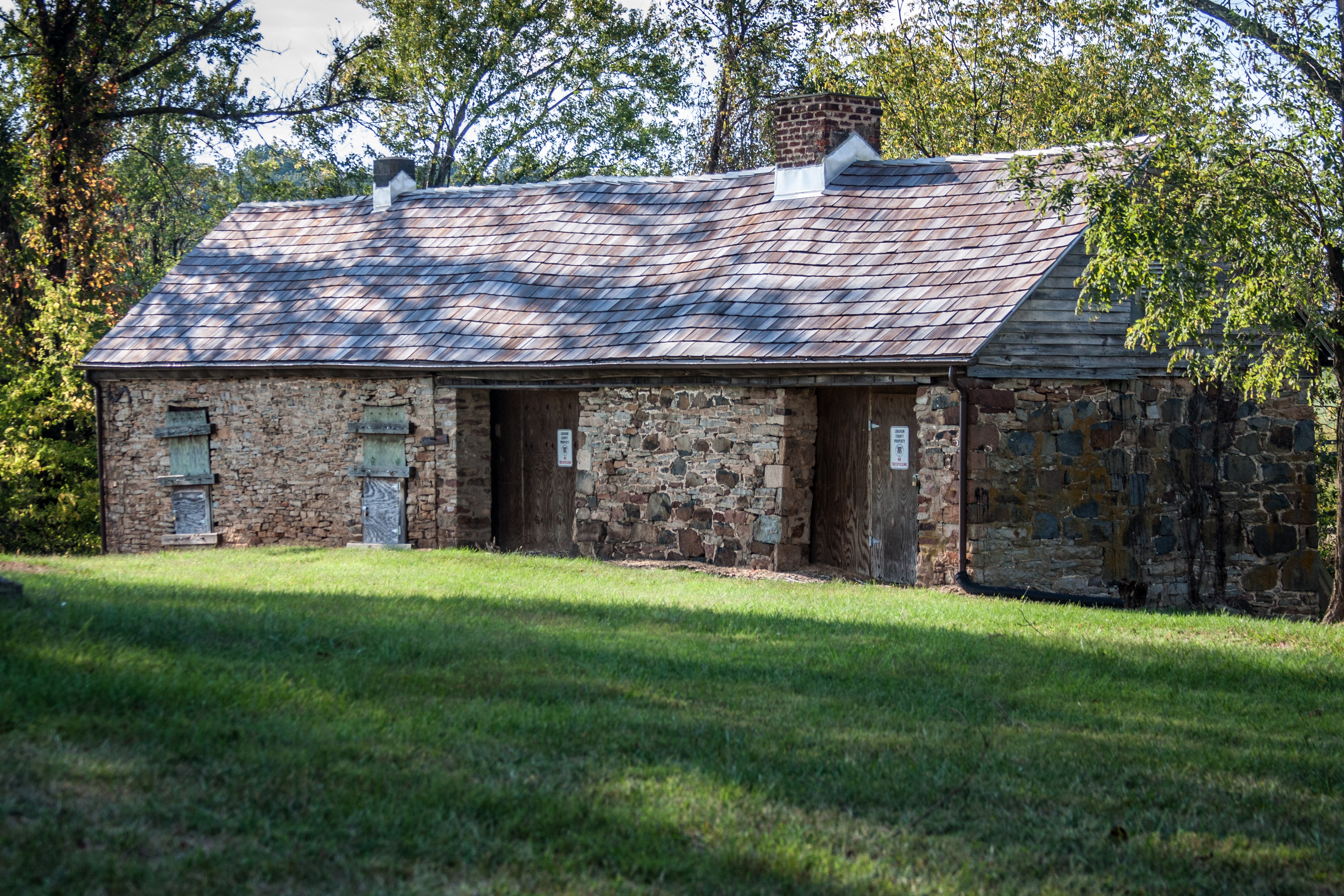 A view of some of the slave quarters in 2012 ((By Cecouchman (Own work) [CC BY-SA 3.0 (http://creativecommons.org/licenses/by-sa/3.0)], via Wikimedia Commons))