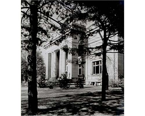 The Beaux-Arts style Alumni Memorial Hall, not long after it was completed in 1910