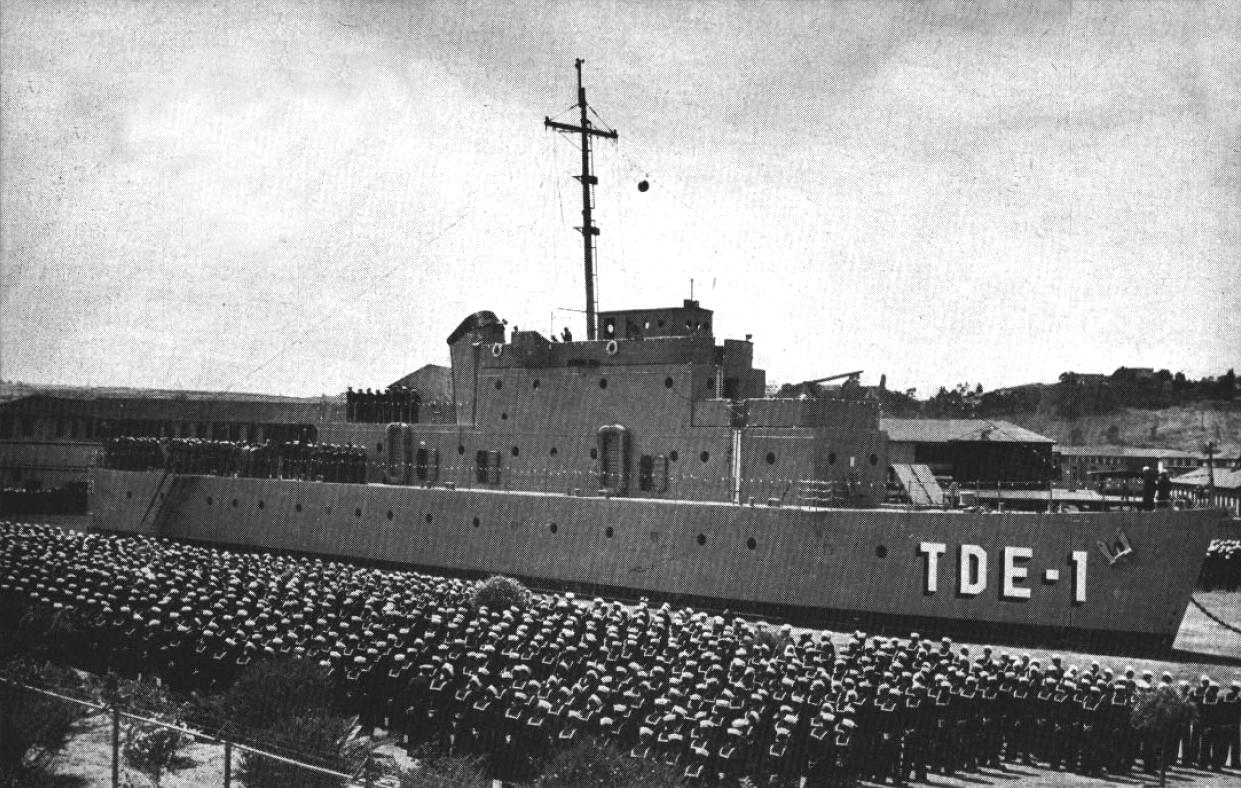 USS Recruit (TDE-1) in 1949  (wikimedia commons)