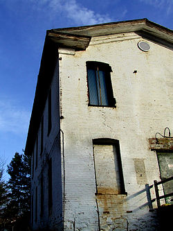 Old Bowman Distillery in Fairfax County by Joshua Davis on Wikimedia Commons (CC BY-SA 2.5)