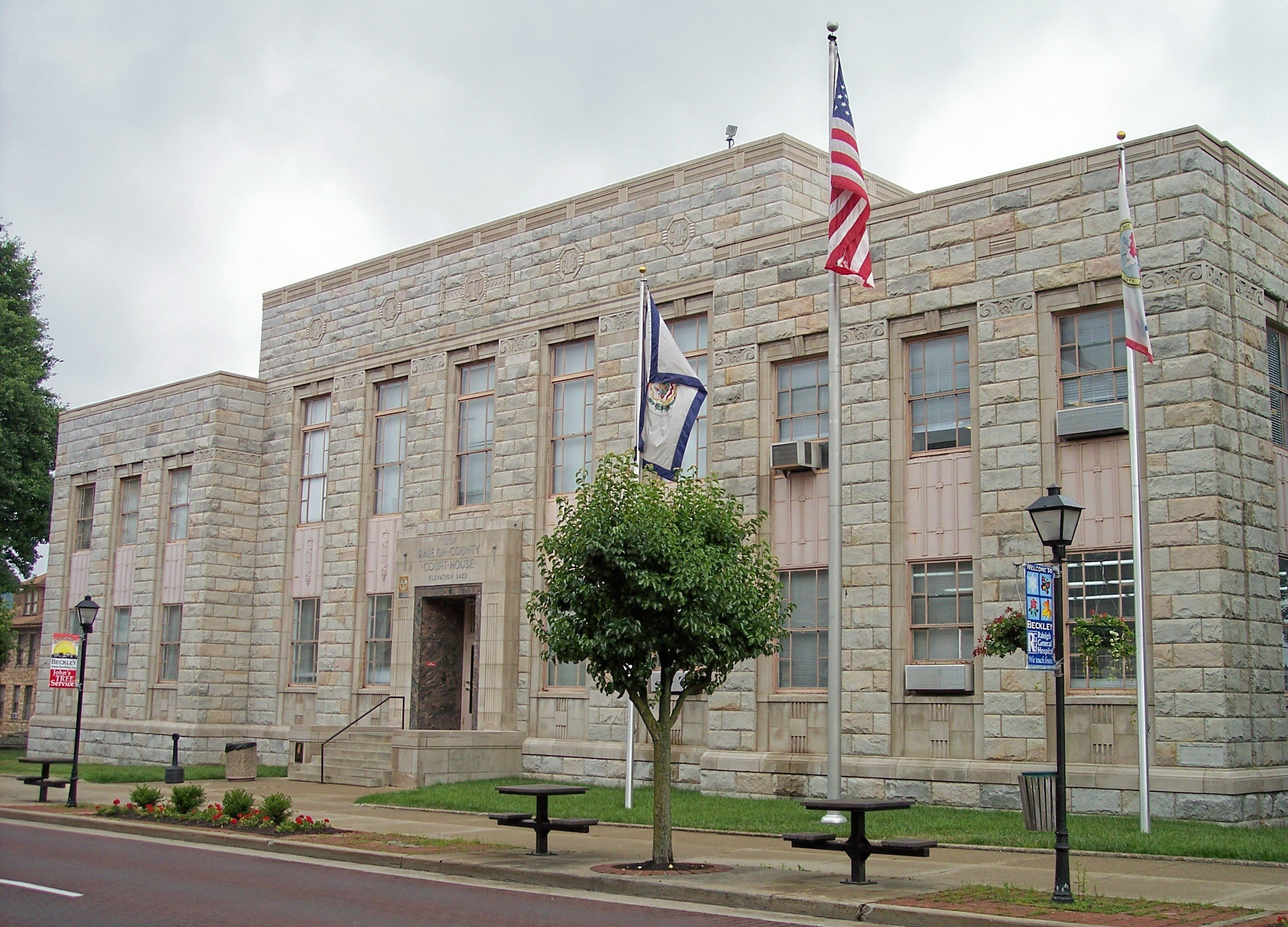 The current courthouse building was built by expanding the 1893 building in 1936-1937 with financial assistance from the WPA. Image obtained from Wikimedia.