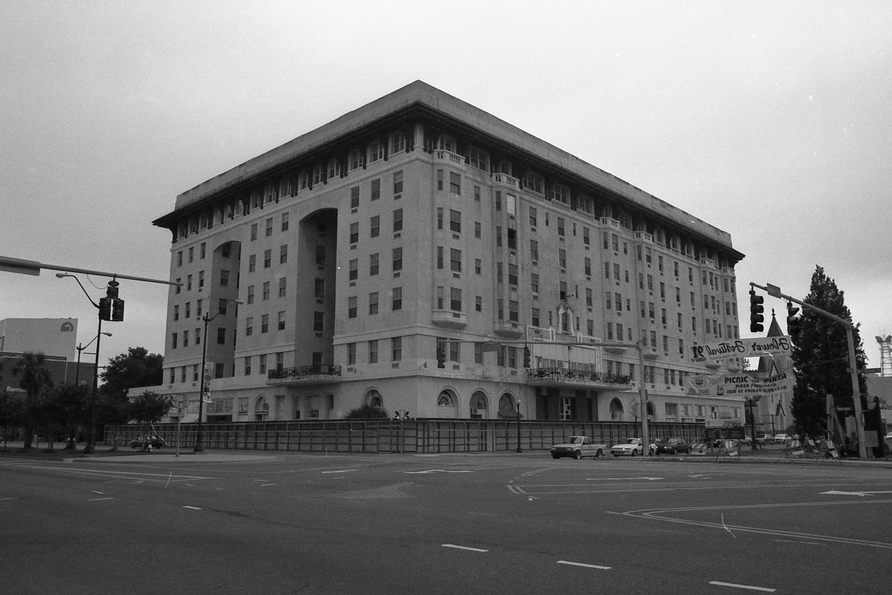 The hotel before its demolishment, late 1980s.