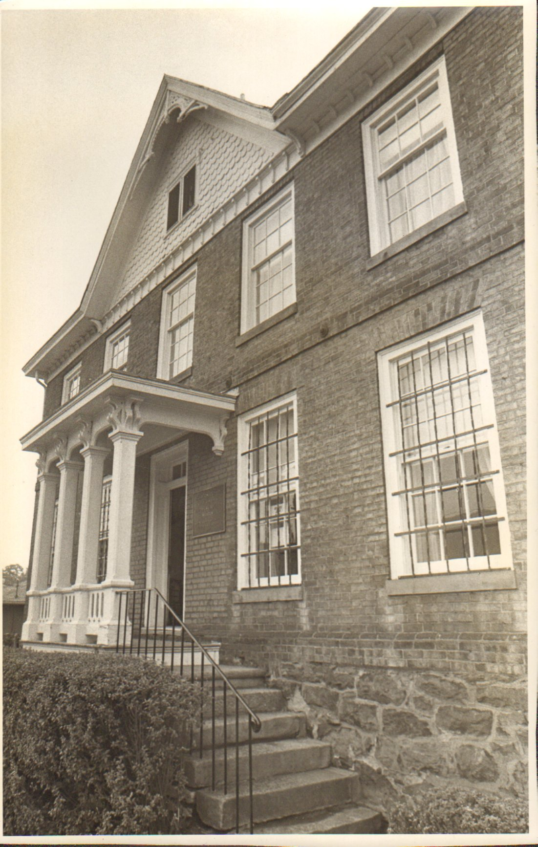 Black and white photo of the Stealey-Goff-Vance House in 1980.