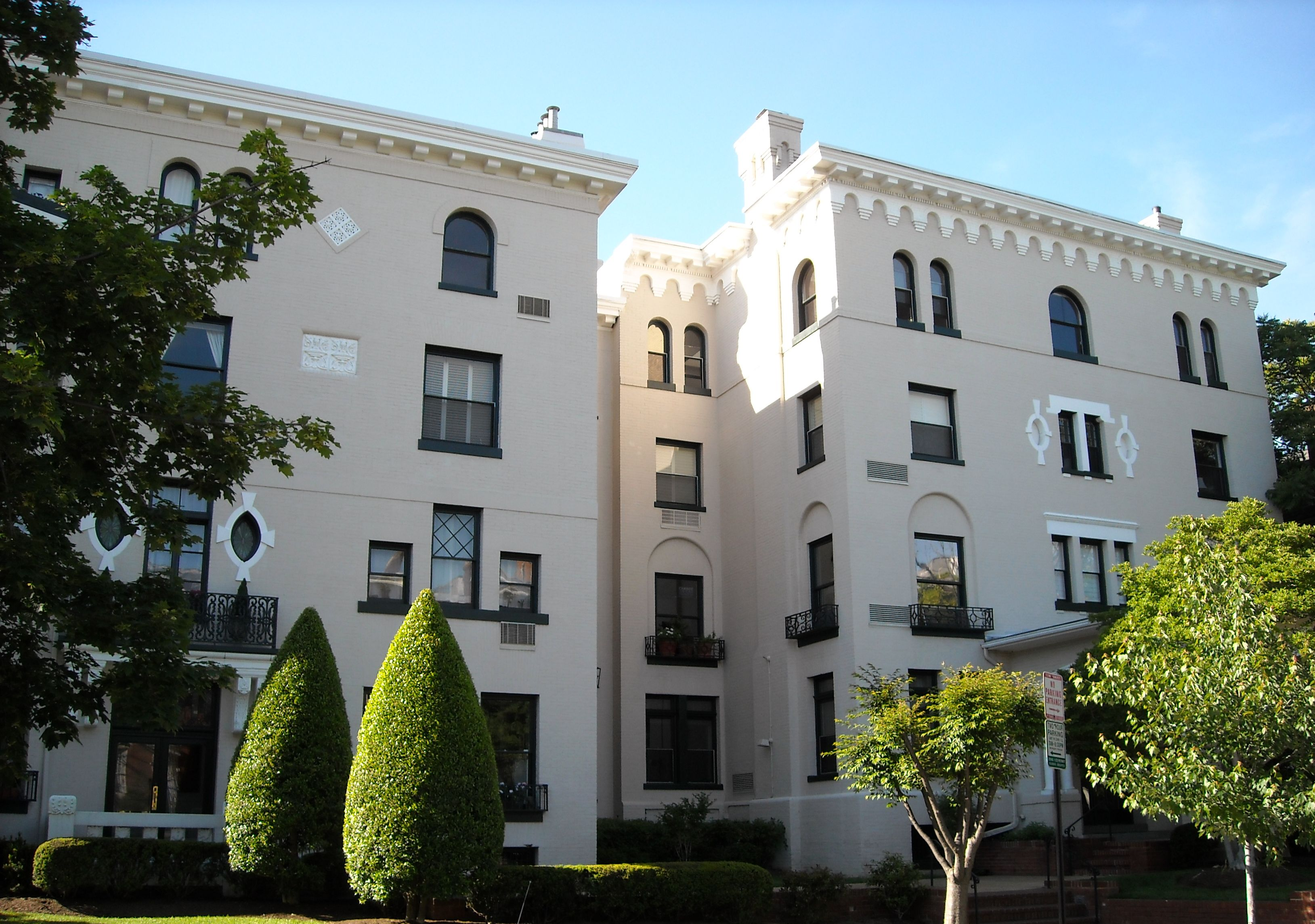 Exterior view of Windsor Lodge Apartments, where Senator William E. Borah lived from 1913-1929 while serving in Congress. Image by AgnosticPreachersKid, Wikimedia.
