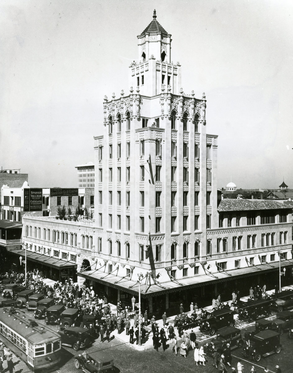 Snell Arcade was built between 1926 and 1928 by one of the leading real estate developers of the city,