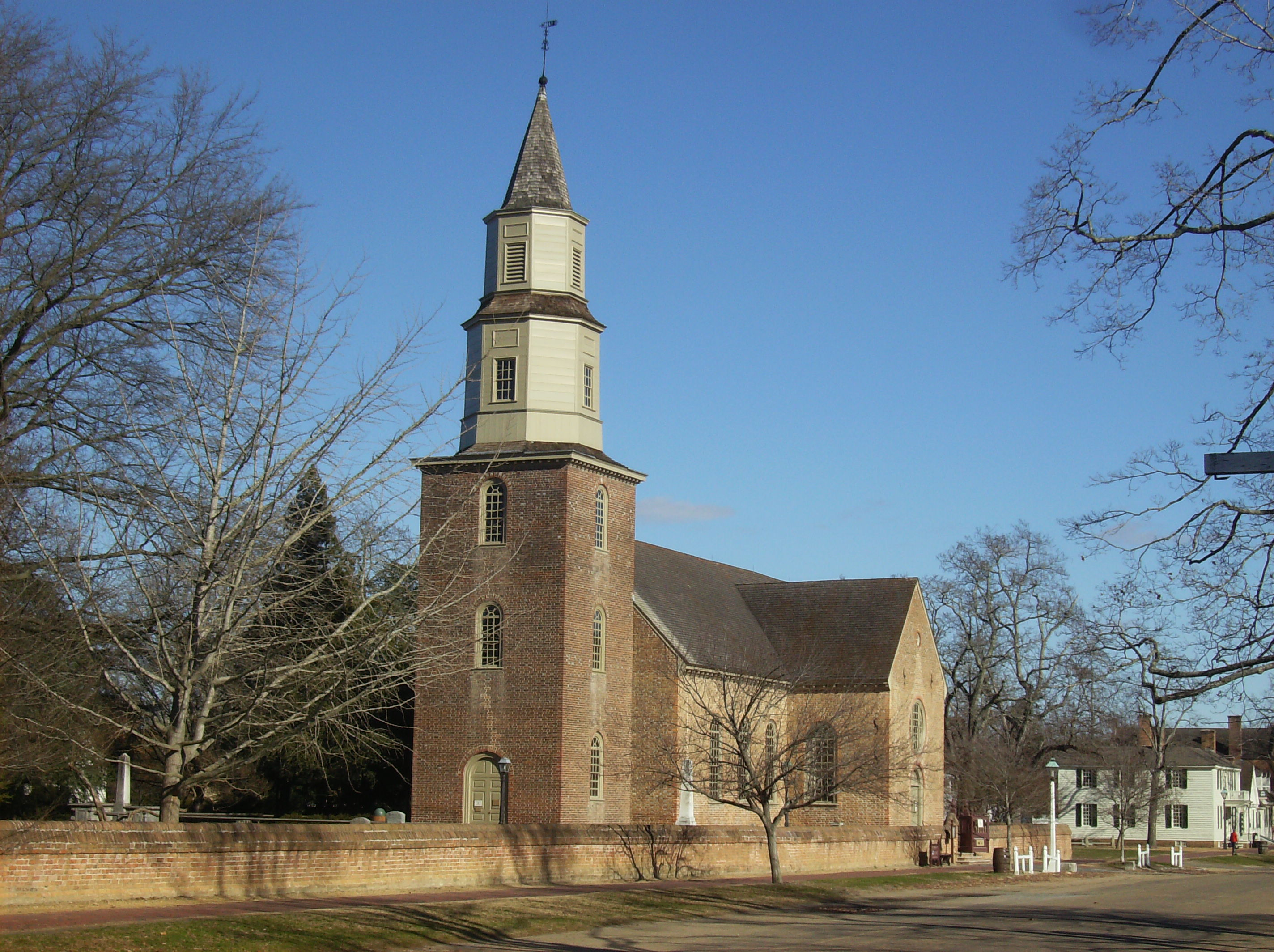 Bruton Parish Church from Duke of Gloucester Street. Image by Michael Kotrady (CC BY-SA 3.0)