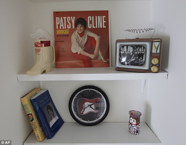 Memorabilia displayed in bookshelf.http://www.dailymail.co.uk/news/article-2020149/Patsy-Cline-fans-Crazy-house-Fifties-singing-star-lived-gets-100-000-revamp.html