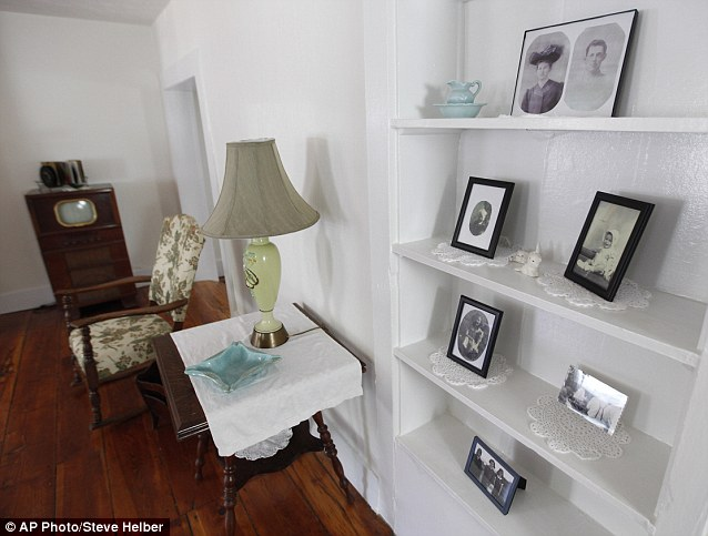 Original memorabilia in renovated room.http://www.dailymail.co.uk/news/article-2020149/Patsy-Cline-fans-Crazy-house-Fifties-singing-star-lived-gets-100-000-revamp.html
