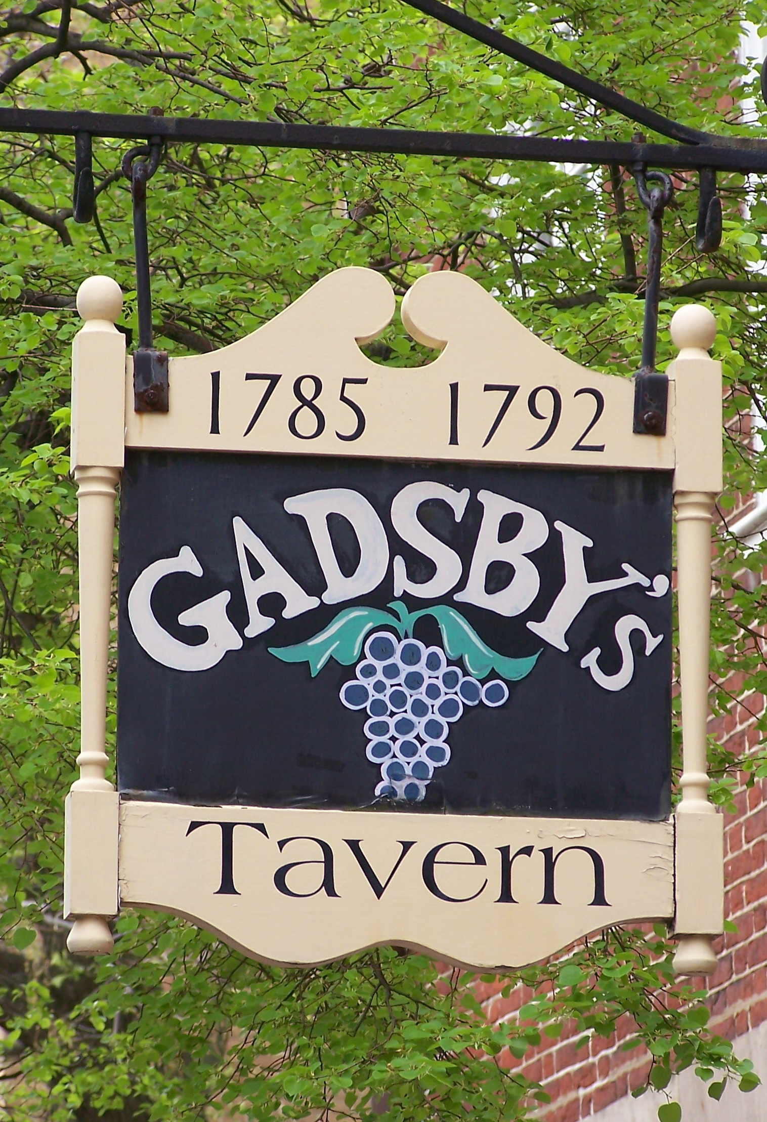 Gadsby's Tavern and Museum sign. Image by Sabreguy29 - Own work, CC BY-SA 3.0, https://commons.wikimedia.org/w/index.php?curid=4532272