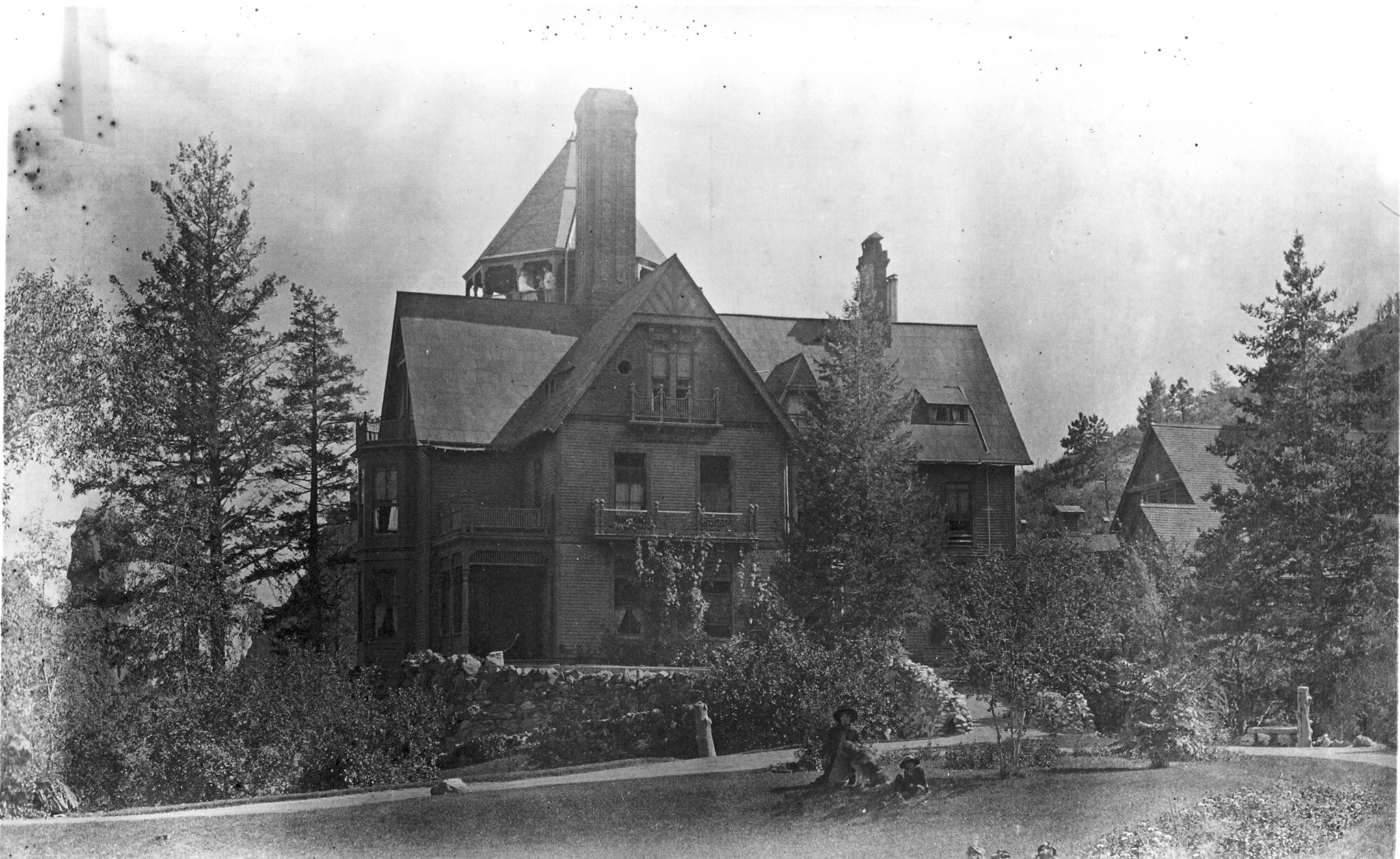 1880s photo of the original house that would become Glen Eyrie castle