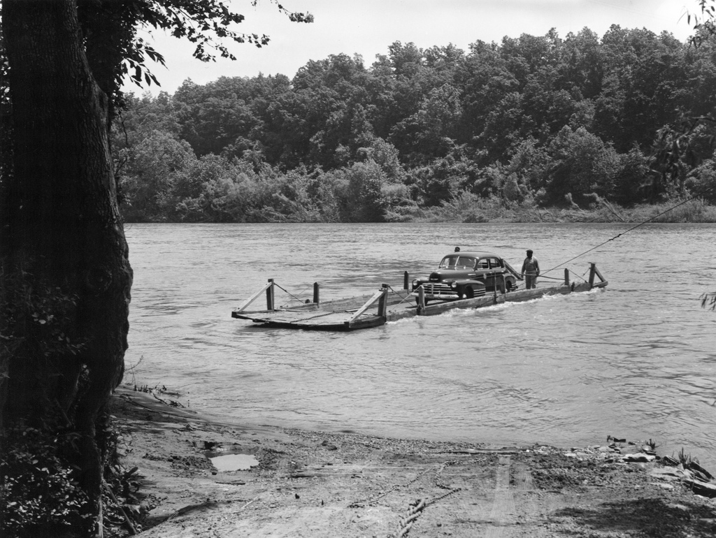 (1949) Hatton Ferry crossing the James River in Albemarle County. Image courtesy of the Virginia Department of Transportation via Flicker CC 2.0, https://www.flickr.com/photos/vadot/5349873074