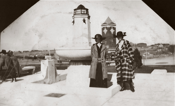 Tourists in front of the fountain in 1917