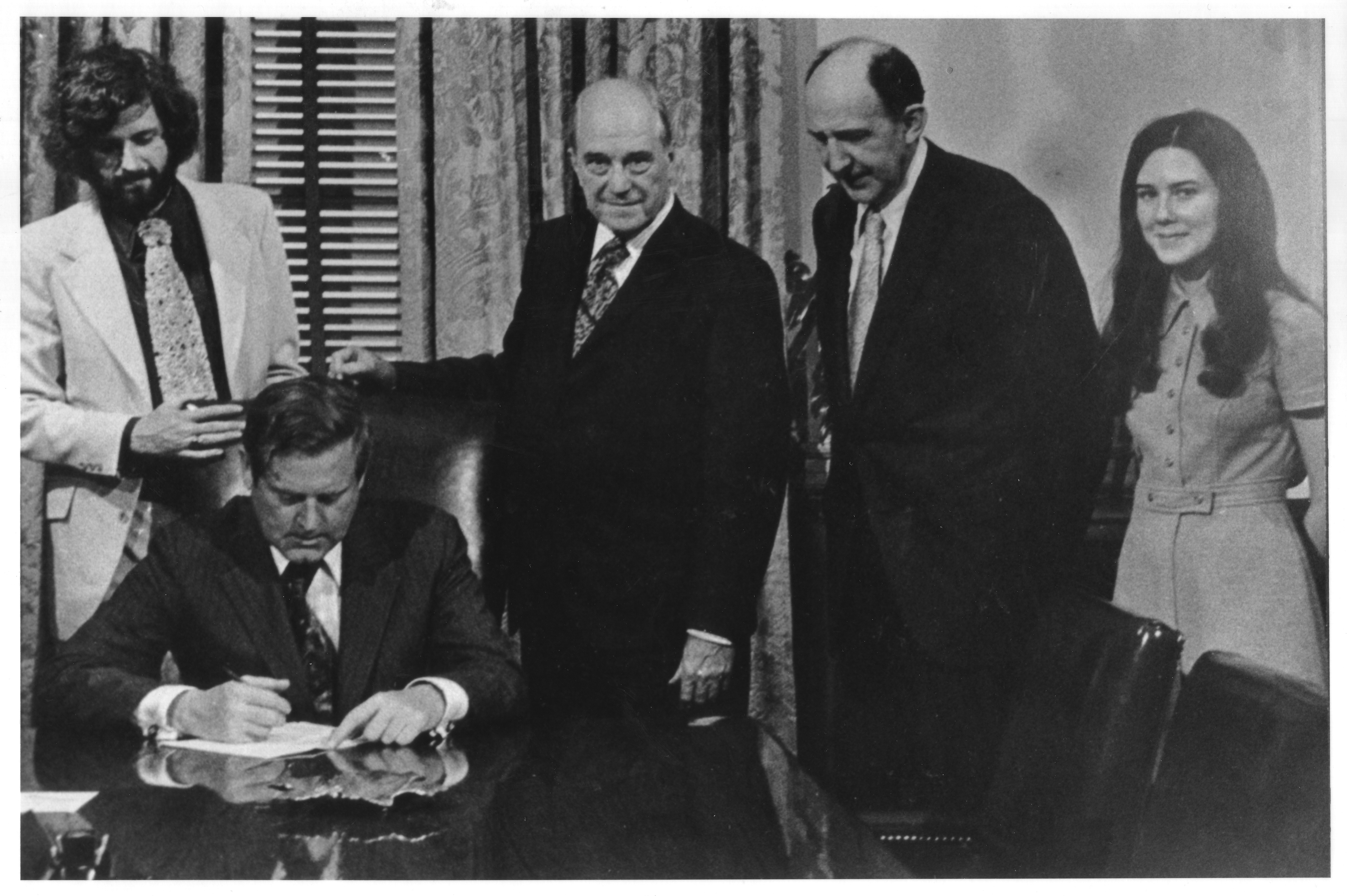 (April 7, 1972) Governor A. Linwood Holton signs H-210 separating George Mason College from the U.Va; George Mason University Photograph Collection, 1950s-1999 Box 2, Folder 9, CC BY-SA 4.0, http://commons.wikimedia.org/w/index.php?curid=40992649