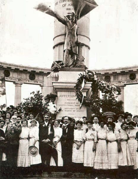 Attendees at the unveiling of the Jefferson Davis Monument in 1907.