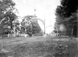 These white arches that were erected for the parade in Union on the day of the unveiling. Reports indicate that the audience were also dressed in all white.