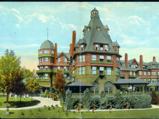 The original hotel in a postcard from the early 1900s.