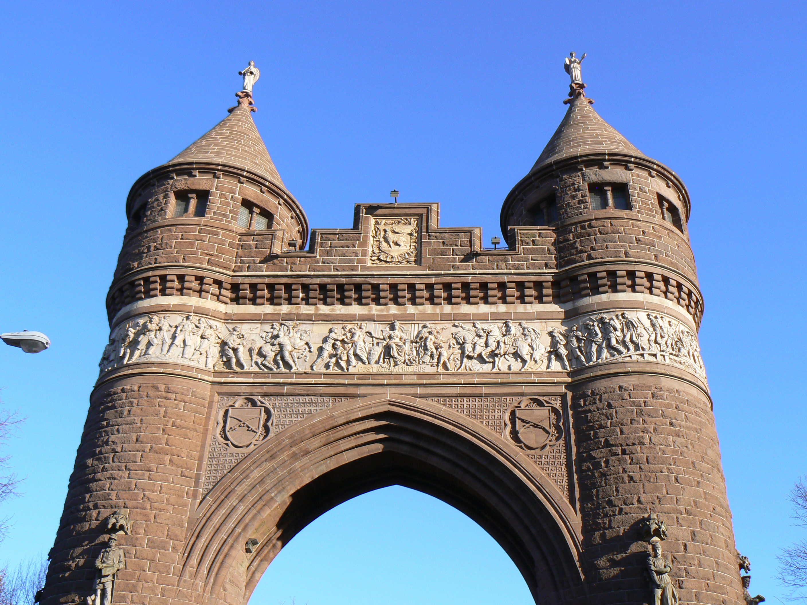 Decorative elements on the South side of the arch honoring the infantry and the cavalry.