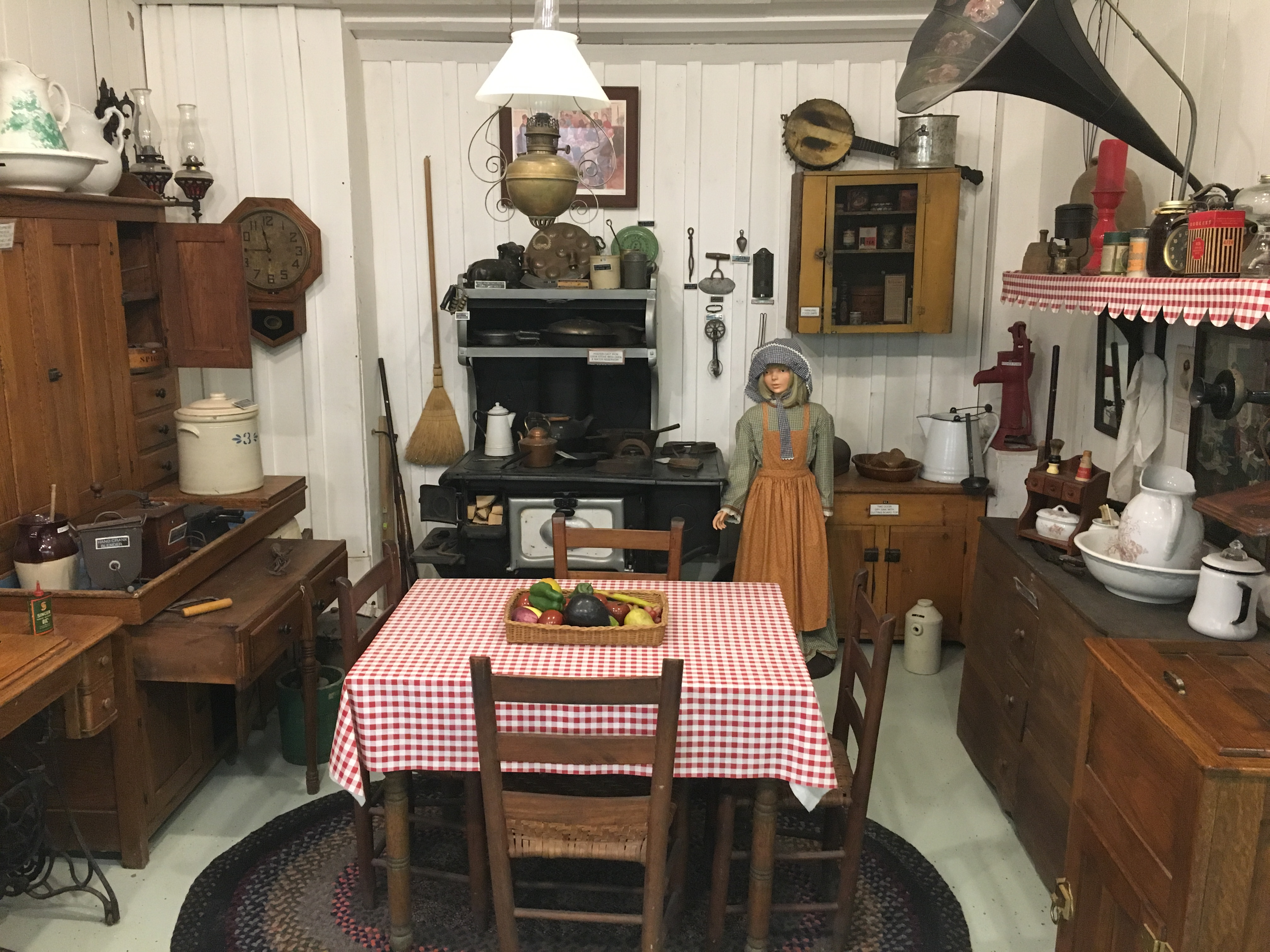 The kitchen of the early 1900s began to look more light today's modern kitchens, with appliances such as stoves and ice boxes.