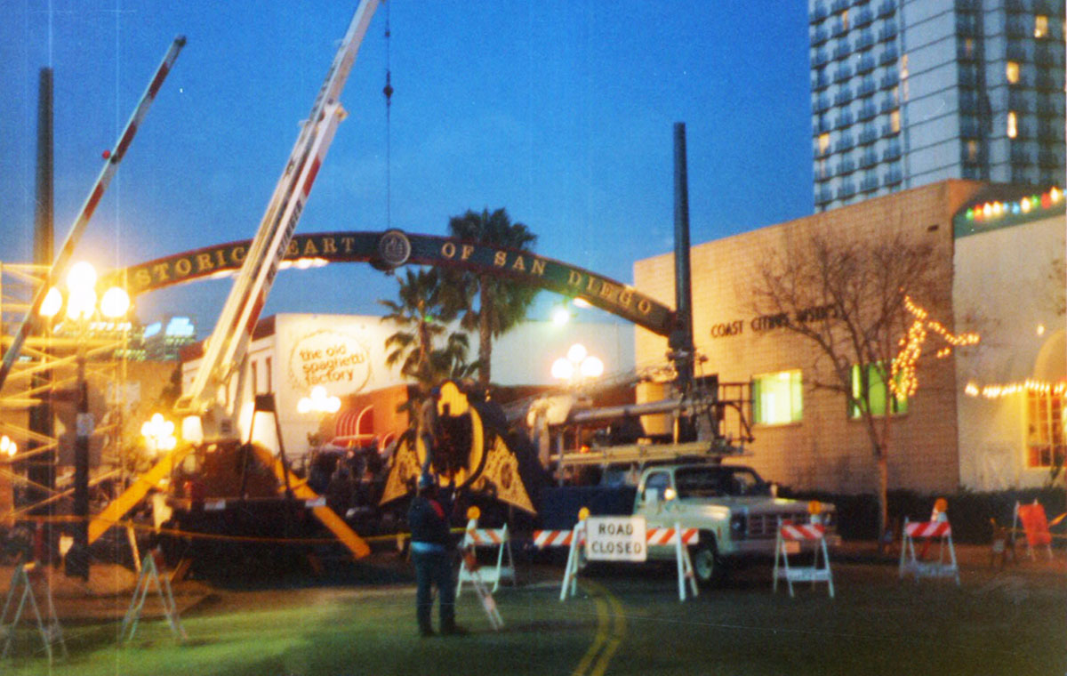 Crews install the six-ton archway in 1990.