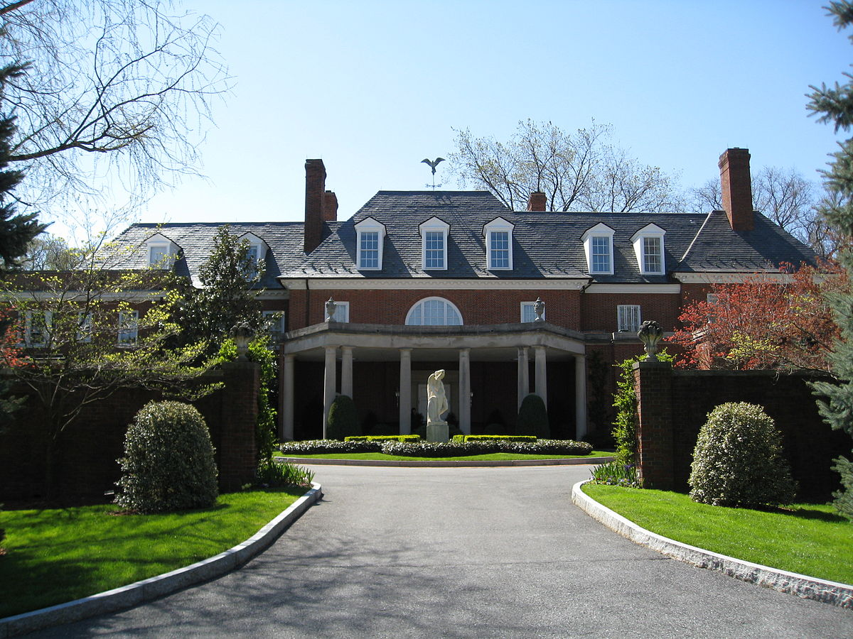 The Hillwood Mansion was built in the 1920s but designed in ithe Georgian architecture style of early America. Post renovated the mansion to be her museum in the 1950s. Wikimedia Commons.