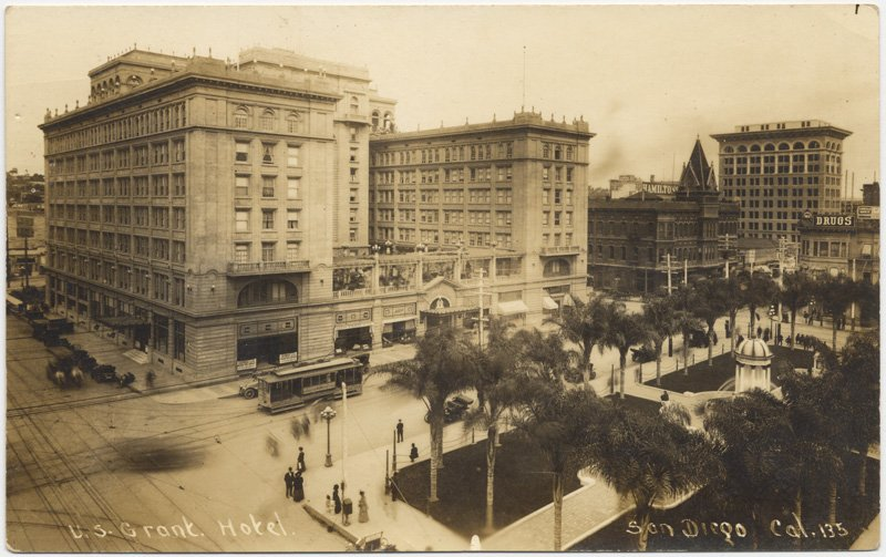 The hotel in the 1930s, before the addition of its radio towers, in a postcard. A streetcar is visible on adjacent Broadway street.