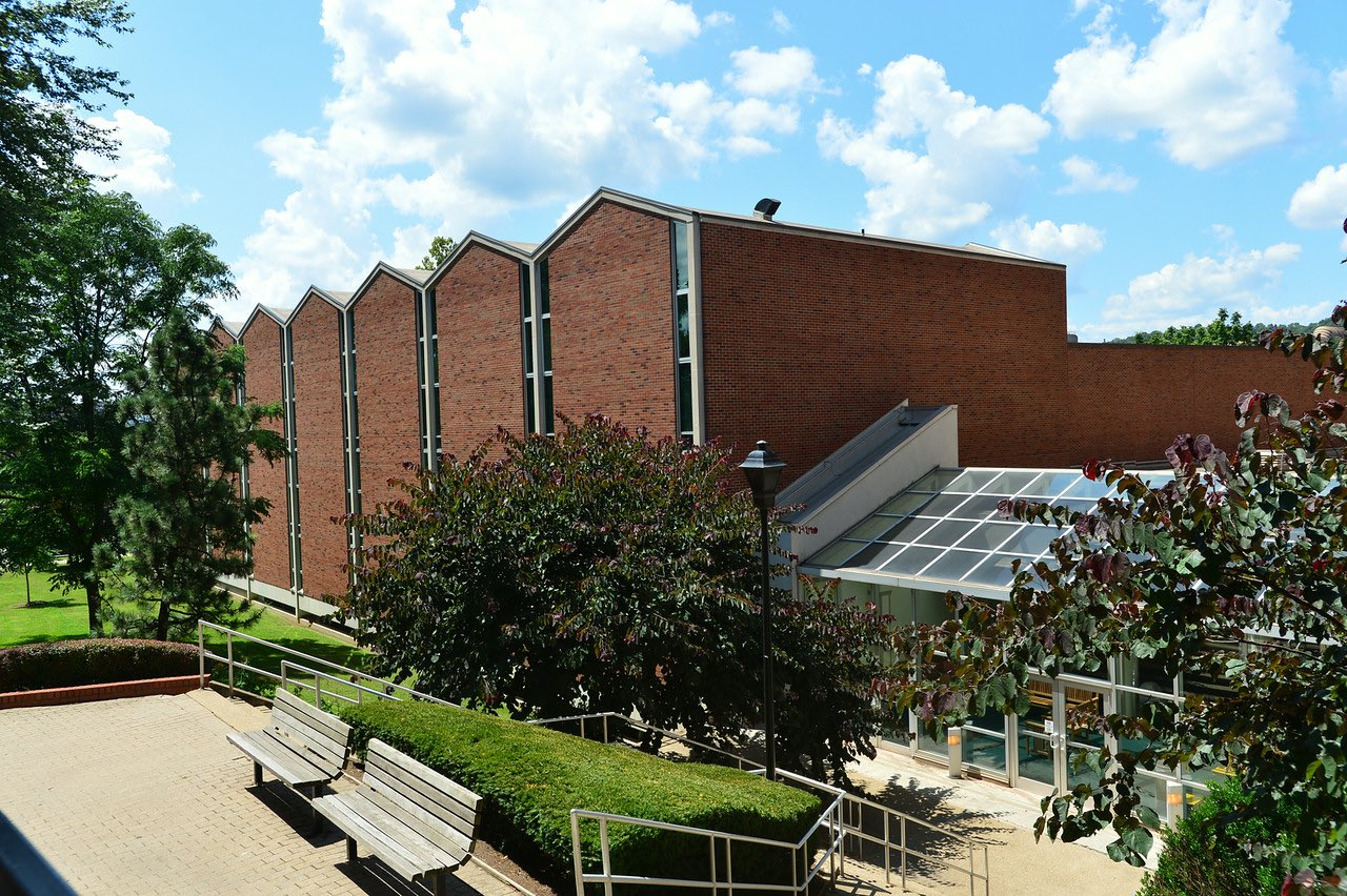 Smith Music Hall on the west side contains classrooms, rehearsal rooms, and an auditorium for the Music Department.