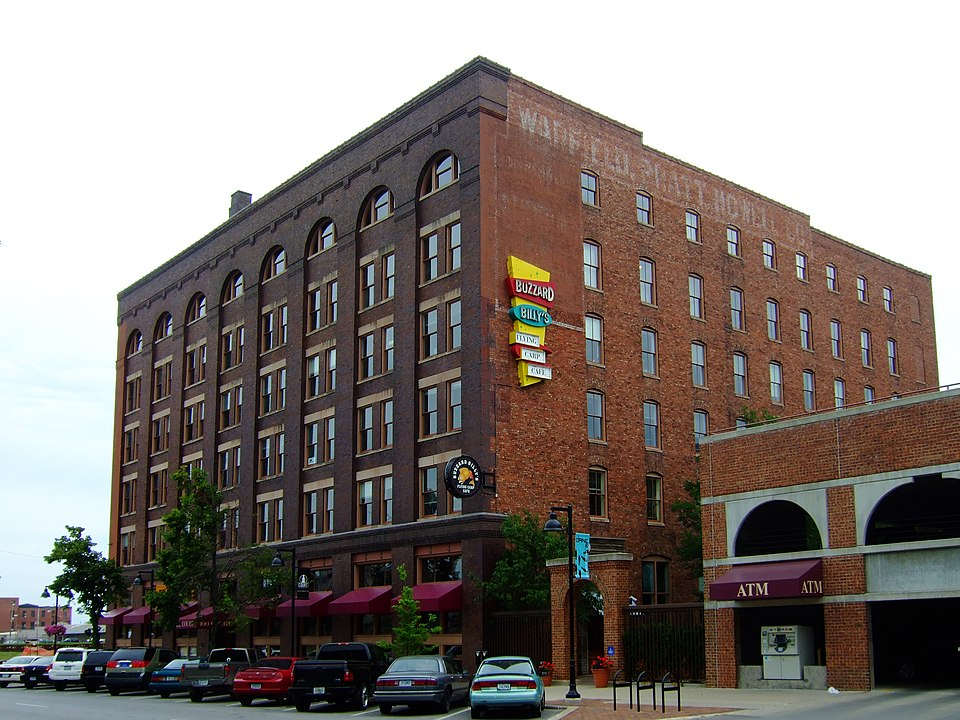2009 photo of warehouse with ghost lettering, top of west facade (James Steakley)