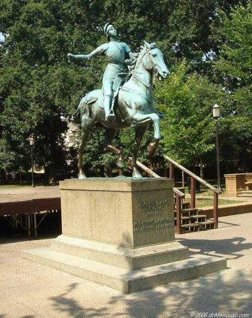 The inscription reads: JEANNE D'ARC / LIBERATRICE / 1412-1431 / AUX FEMMES D'AMÉRIQUE / LES FEMMES DE FRANCE (DC Memorials)