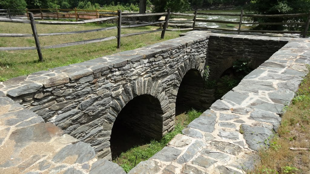 Remains of water tunnels, used to transport water to the mills. Image obtained from Panoramio.