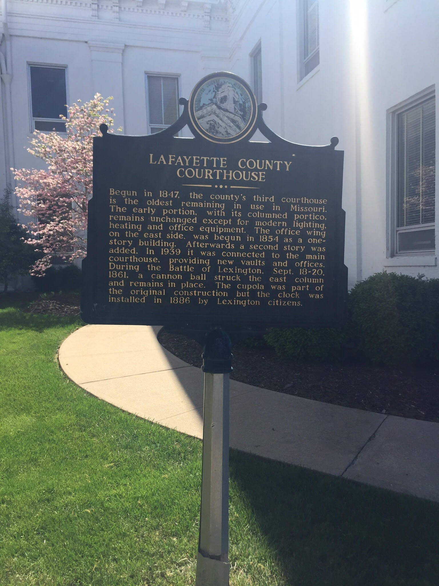 This historical marker outside the courthouse offers a concise history of the structure and the courthouses that came before it.