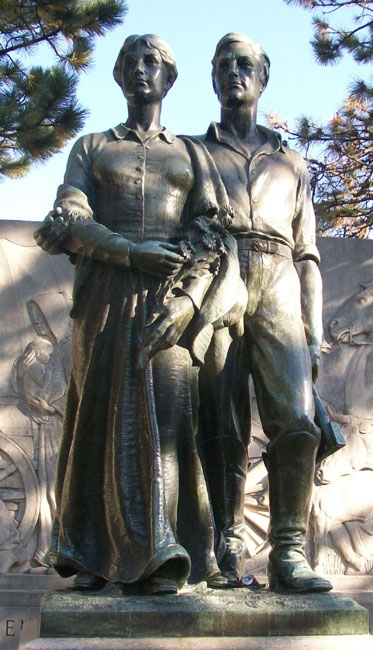 The bronze statue depicting Lillie Gordon Munn and a young man.