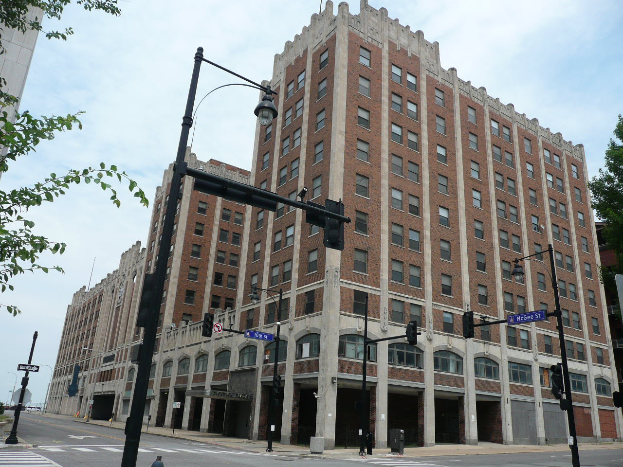The former Pickwick Hotel building was built in 1930 during a construction boom in Kansas City. Image obtained from Wikimedia.