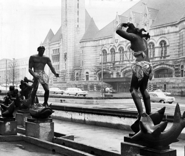 This historical photograph of the statue in 1967 shows the satirical response of some residents after other St. Louis residents asked for the statue to be altered.