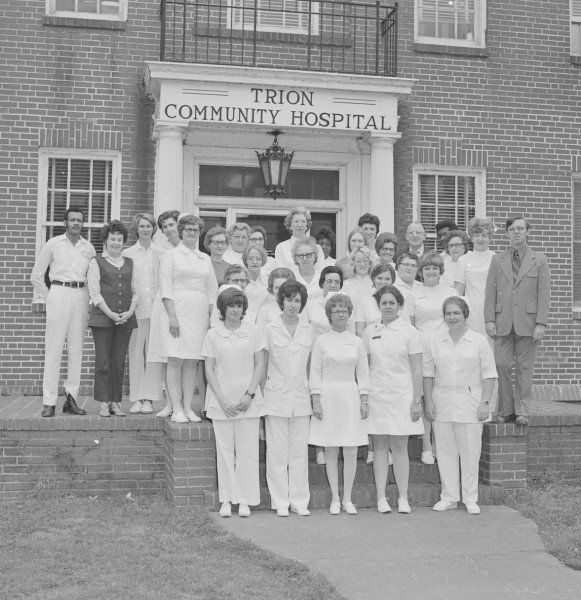 Riegel Hospital staff in front of the hospital in 1970. ( http://chattoogahistory.org )