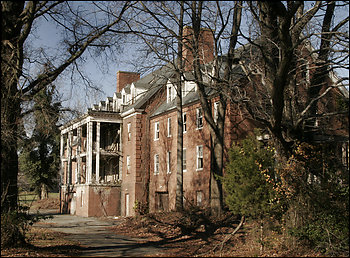 Glenn Dale hospital building by Firsttoscore on Wikimedia Commons (released into public domain)
