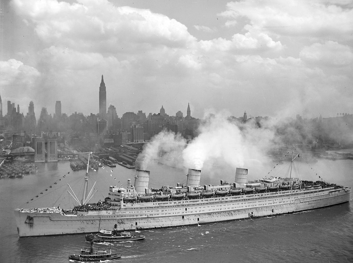 Queen Mary arriving in New York in 1945 carrying soldiers home from World War II