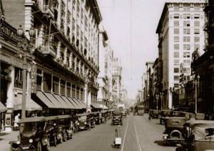 A black and white view looking north towards 8th Street with Hamburger's on the right hand side.