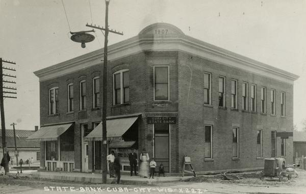 Cuba City Farmers Bank/State Bank and Post Office. Image from a postcard postmarked 1910.