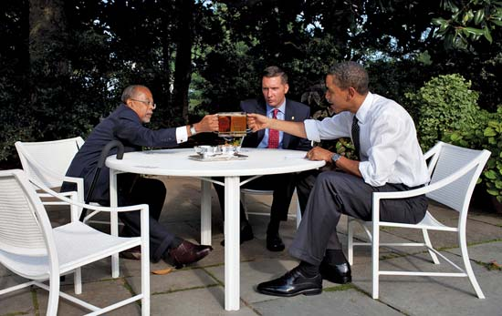 Gates (left) dining with Sgt. James Crowley (center) and President Barack Obama (right) at the White House in 2009